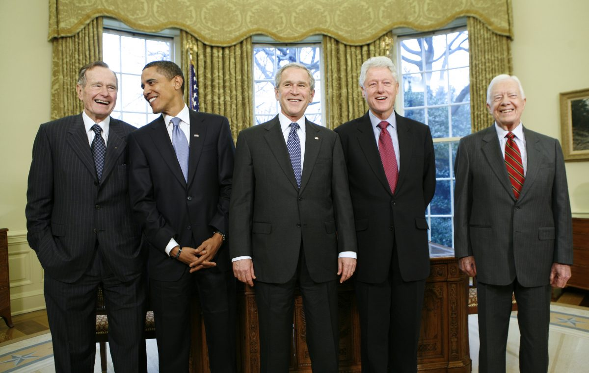 U.S. President George W. Bush (C) meets with former President George H.W. Bush (L), President-elect Barack Obama (2nd L), former President Bill Clinton (2nd R) and former President Jimmy Carter (R) in the Oval Office of the White House in Washington January 7, 2009. REUTERS/Kevin Lamarque (UNITED STATES) - RTR2355G